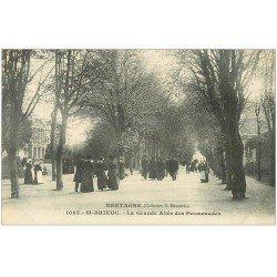 carte postale ancienne 22 SAINT-BRIEUC. La Grande Allée des Promenades. Elégantes et chapeaux melon