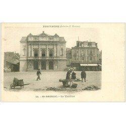 carte postale ancienne 22 SAINT-BRIEUC. Le Théâtre vers 1900. Vendeuses ambulantes et Café de l'Univers