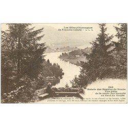 carte postale ancienne 25 BASSINS DU DOUBS. Personnage assis regardant le Saut du Doubs