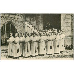 carte postale ancienne 28 CHARTRES. Enfants de la Maîtrise Notre-Dame sortant de la Cathédrale