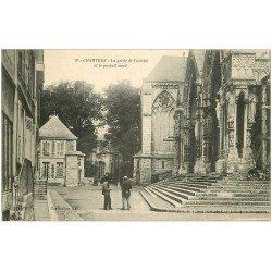 carte postale ancienne 28 CHARTRES. Grille de l'Evêché Portail 1916. Ouvriers assis sur les marches
