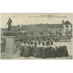 carte postale ancienne 29 CARHAIX. Place Champ-de-Bataille Danse après le Marché