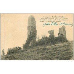 carte postale ancienne 32 MONLEZUN. Château Comte de Pardiac avec cultivateur et attelage Boeufs