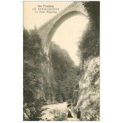 carte postale ancienne 65 LUZ-SAINT-SAUVEUR. Pont Napoléon avecpromeneurs