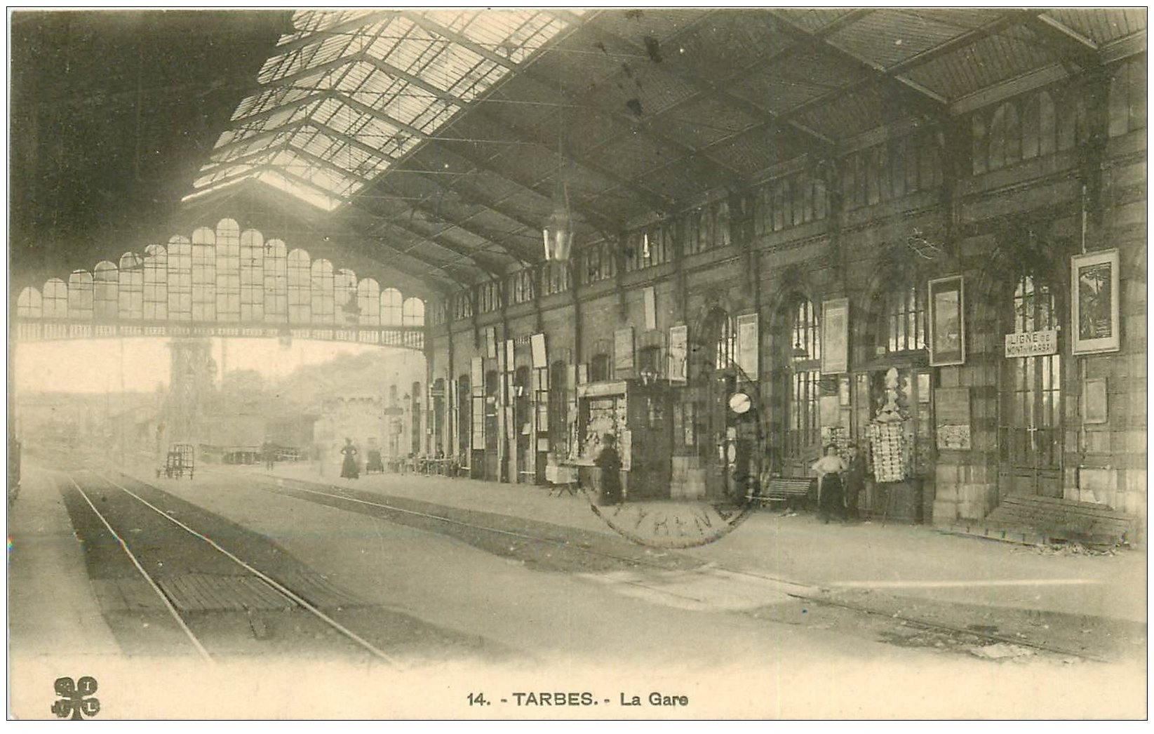 65 tarbes la gare 1915 vendeuse de cartes postales sur tourniquet. Black Bedroom Furniture Sets. Home Design Ideas