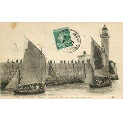 carte postale ancienne 76 LE TREPORT. Départ des barques de Pêche 1922 et le Phare