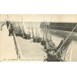 carte postale ancienne 76 LE TREPORT. Bateaux de Pêcheurs attendant le flot