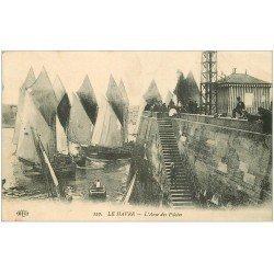 carte postale ancienne 76 LE HAVRE. Bateaux de Pêche à l'Anse des Pilotes. Tampon Régiment d'Infanterie