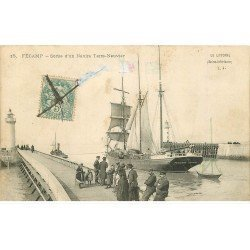carte postale ancienne 76 FECAMP. Sortie d'un Navire Terre-Neuvier