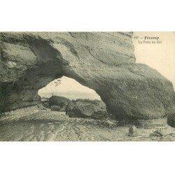 carte postale ancienne 76 FECAMP. Falaises Porte du Roi avec Pêcheur 1913