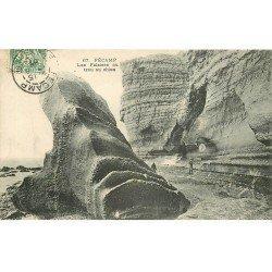 carte postale ancienne 76 FECAMP. Falaises au trou au Chien 1907 animation