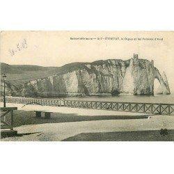 carte postale ancienne 76 ETRETAT. Digue et Falaises Aval 1909