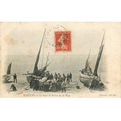 carte postale ancienne 76 ETRETAT. Vente du Poissons sur la Plage par les Pêcheurs 1907
