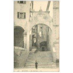 carte postale ancienne 06 MENTON. Rue Mattoni gamins assis sur les marches