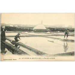 carte postale ancienne 44 BOURG DE BATZ. Marais Salants. Paludiers Saillé
