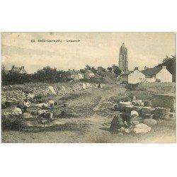 carte postale ancienne 44 BOURG-DE-BATZ. Le Lavoir avec Lavandières 1918