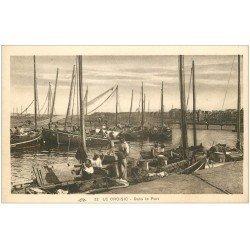 carte postale ancienne 44 LE CROISIC. Le Repas des Marins dans le Port