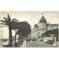 carte postale ancienne 06 NICE. Cavalier traversant devant l'Hôtel Négresco 1953