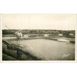 carte postale ancienne 44 LE POULIGUEN. Marais Salants. Récolte du Sel par Paludier. Carte Photo