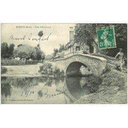 carte postale ancienne 27 EVREUX. Homme sur Pont d'Harrouard 1910