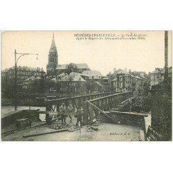 carte postale ancienne 08 CHARLEVILLE MEZIERES. Pont de pierre et Soldats
