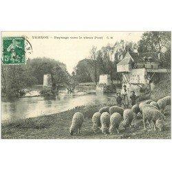 carte postale ancienne 27 VERNON. Jeunes Gardiens de Moutons vers le Vieux Pont 1909