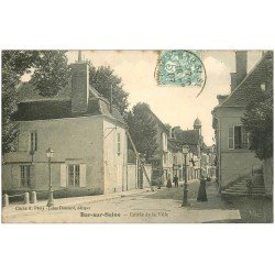 carte postale ancienne 10 BAR-SUR-SEINE. Entrée de la Ville 1907. Couvreur sur son échelle