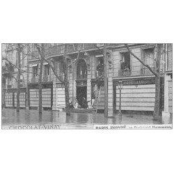 carte postale ancienne PARIS 09. Inondations et Sauveteurs Boulevard Haussmann en 1910. Carte miniature Chocolat Vinay