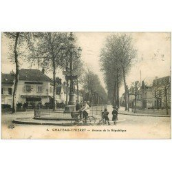 carte postale ancienne 02 CHATEAU-THIERRY. Avenue de la République Café Hôtel 1914. Livreur à vélo