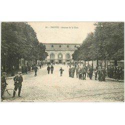 carte postale ancienne 10 TROYES. Avenue de la Gare 1918 avec Fanfare de clairons