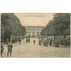 carte postale ancienne 10 TROYES. Avenue de la Gare. Fine plissure...