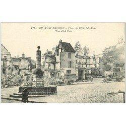 carte postale ancienne 02 CHATEAU-THIERRY. Place Hôtel de Ville. Camions Militaires