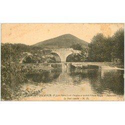 carte postale ancienne 64 ASCAIN. Le Pont Romain animé