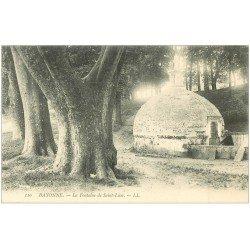 carte postale ancienne 64 BAYONNE. La Fontaine Saint-Léon animation