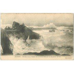 carte postale ancienne 64 BIARRITZ. Digue et Rocher de la Vierge par tempête