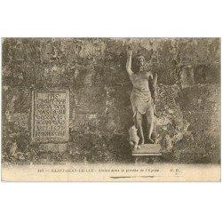 carte postale ancienne 64 SAINT-JEAN-DE-LUZ. Statue sous Porche de l'Eglise