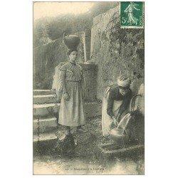 carte postale ancienne 64 SALIES-DE-BEARN. Béarnaises porteuses d'eau à la Fontaine 1909