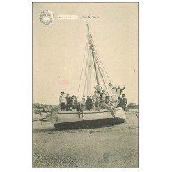 carte postale ancienne 59 BRAY-DUNES. Sur un Bateau de Pêche sur la Plage 1915