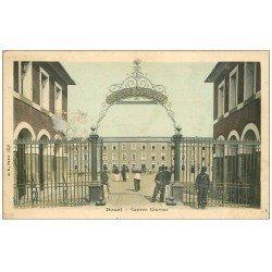 carte postale ancienne 59 DOUAI. Caserne Conroux 1908. Militaires et Sentinelle