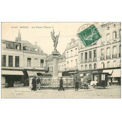 carte postale ancienne 59 DOUAI. Place Thiers 1911 vendeur ambulant en Carriole