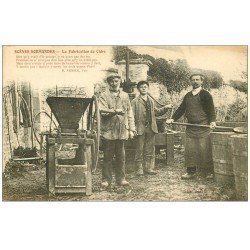 carte postale ancienne 50 BRECEY. La Fabrication du Cidre avec Broyage de Pommes 1913 et cuves. Vieux métiers