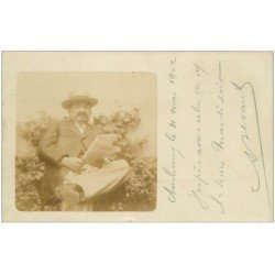 50 CHERBOURG. Rare d'après une photo 1902. Personnage lisant le journal allemand. Timbre 10 Centimes rouge
