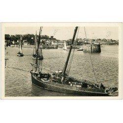 carte postale ancienne 50 GRANVILLE. Entrée du Port et Haute Ville. Carte Photo 1948. Bateau de Pêche