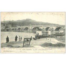 carte postale ancienne 54 PONT-A-MOUSSON. Pêcheurs près du Pont 1906 et Péniche