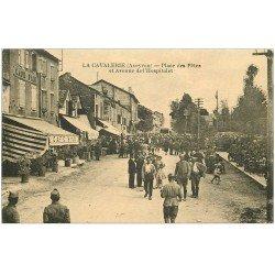 carte postale ancienne 12 LA CAVALERIE. Place des Fêtes Avenue de l'Hospitalet. Café Biau et Militaire à la Terrasse en face