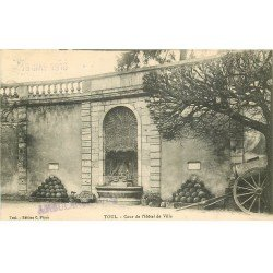 carte postale ancienne 54 TOUL. Cour Hôtel de Ville 1916 canon et boulets