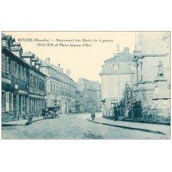 carte postale ancienne 57 BITCHE. Monument Place Jeanne d'Arc. Voiture Tacot et Caisse d'Epargne
