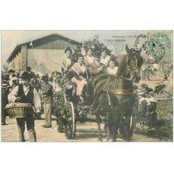 carte postale ancienne 13 ARLES. Une Bataille de Fleurs vers 1906. Attelage et Arlésiennes