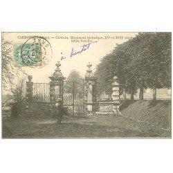 carte postale ancienne 61 CARROUGES. Le Château 1906 Homme admirant la Grille