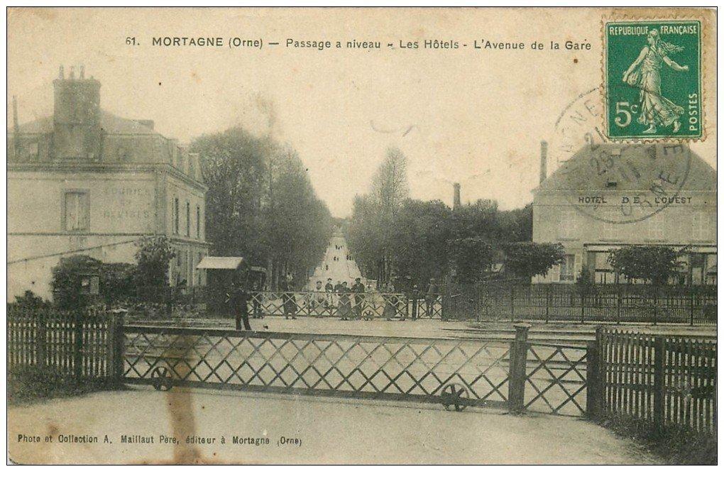 carte postale ancienne 61 MORTAGNE. Passage à niveau et les Hôtels Avenue de la Gare 1911
